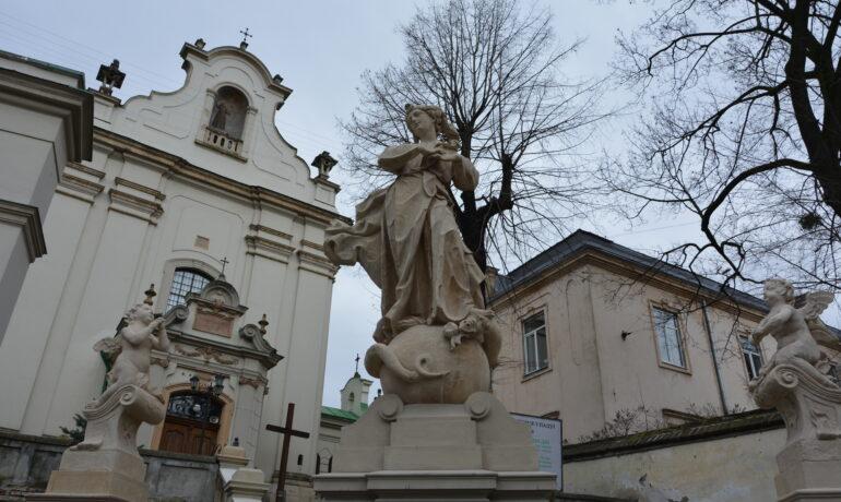 Фасадні сходи барокового костелу св. Антонія повернулися на своє місце