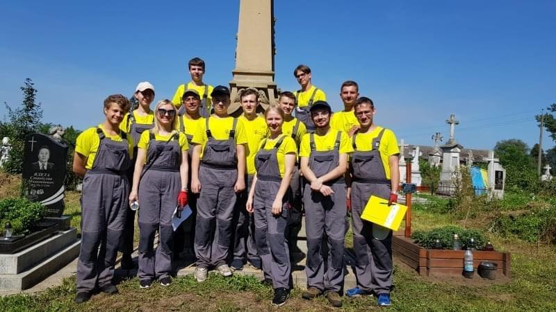 Волонтери з Польщі і з України порядкували старі могили в Білшівцях
